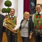 Die Vorstandsmitglieder der Raiffeisenkasse Überetsch Dr. Maria Dietl und Horst Völser mit dem neuen Euphonium. Danke!
